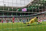 15.07.2017, Borussia Park, Moenchengladbach, GER, TELEKOM CUP 2017 Finale - SV Werder Bremen vs FC Bayern Muenchen<br /> <br /> im Bild<br /> Michael Zetterer (Werder Bremen #30) h&auml;lt einen Foulelfmeter von Thomas M&uuml;ller / Mueller (FC Bayern Muenchen #25) beim Stand von 0:2, <br /> <br /> Foto &copy; nordphoto / Ewert