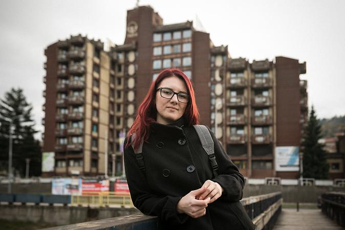 Selma Puzic (30) in Tuzla. Sie hat Jura studiert, findet aber keine ihrer Profession entsprechende Arbeit. Gerade macht sie eine Ausbildung zur Krankenpflegerin, um in Deutschland arbeiten zu können.