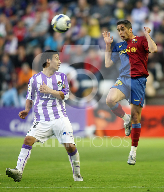 FC Barcelona's Sylvinho (r) and Real Valladolid's Marcos Sebastian Aguirre during La Liga match.April 4 2009. (ALTERPHOTOS/Acero).