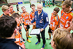 Stockholm 2014-11-08 Handboll Elitserien Hammarby IF - IFK Kristianstad :  <br /> Kristianstads tr&auml;nare Ola Lindgren med en taktiktavla under en timeout med Kristianstads spelare i matchen mellan Hammarby IF och IFK Kristianstad <br /> (Foto: Kenta J&ouml;nsson) Nyckelord:  Eriksdalshallen Hammarby HIF HeIF Bajen IFK Kristianstad tr&auml;nare manager coach timeout