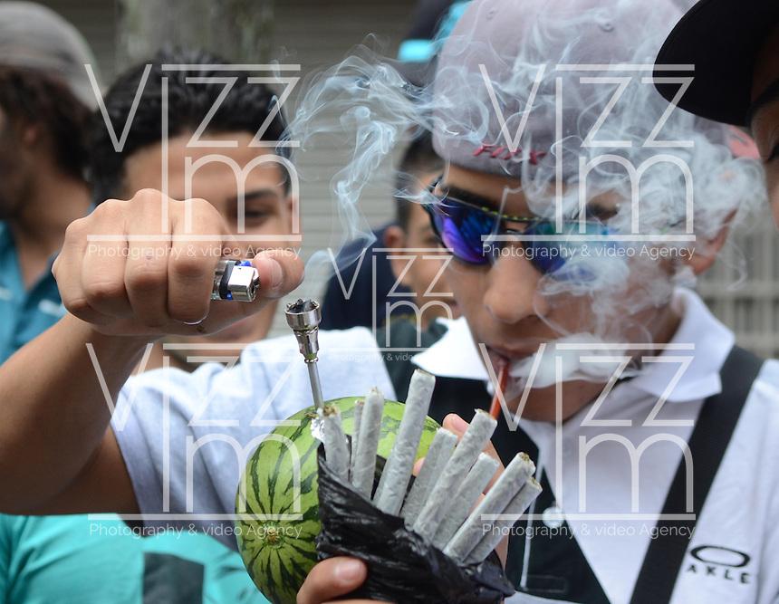 MEDELLÍN - COLOMBIA, 02-05-2015. Un hombre fuma cigarrillos de marihuana a través de una sandia durante la Séptima Marcha Mundial de La marihuana hoy 02 de mayo de 2015 en la ciudad de Medellín, Colombia./ A man smokes a cigarrettes of marijuana through a watermelon during the 7ª World March of Marijuana today May 2 of 2015 in Medellin City. Photo: VizzorImage/ León Monsalve /Cont