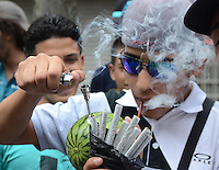 MEDELLÍN - COLOMBIA, 02-05-2015. Un hombre fuma cigarrillos de marihuana a través de una sandia durante la Séptima Marcha Mundial de La marihuana hoy 02 de mayo de 2015 en la ciudad de Medellín, Colombia./ A man smokes a cigarrettes of marijuana through a watermelon during the 7ª World March of Marijuana today May 2 of 2015 in Medellin City. Photo: VizzorImage/ León Monsalve /Cont