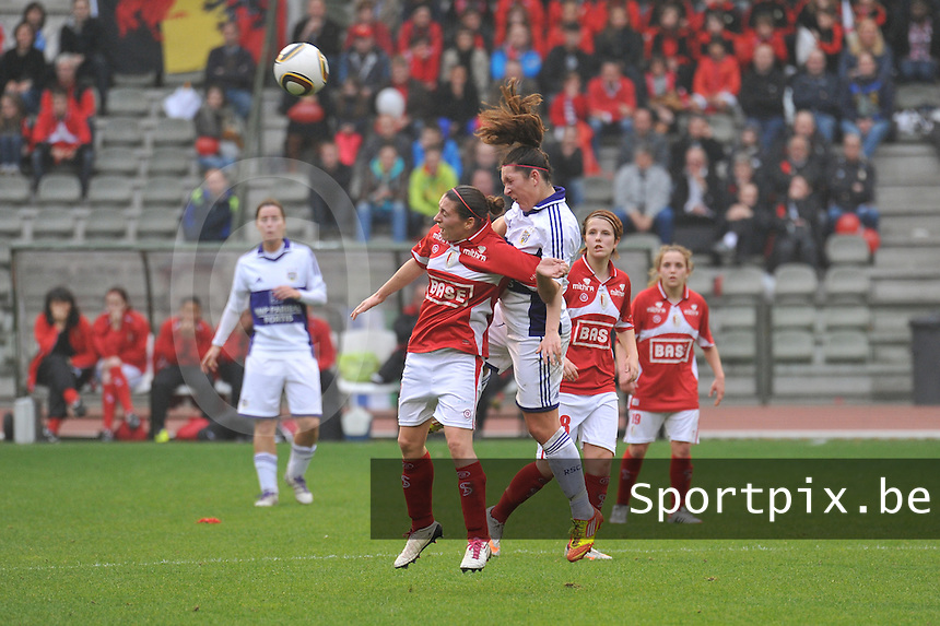 RSC Anderlecht Dames - Standard Femina de Liege : kopduel tussen Laurence Marchal en Audrey Demoustier.foto JOKE VUYLSTEKE / Vrouwenteam.be