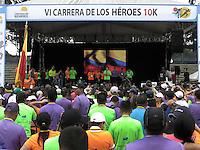 BOGOTÁ-COLOMBIA-10-03-2013. El presidente Juan Manuel Santos saluda terminada la carrera, Carrera de los Héroes Organizada por la Fundación Matamoros a favor de las víctimas del conflicto armada, Ejercito nacional y Policía nacional. President Juan Manuel Santos greets finished the race, Carrera de los Héroes created by Fundación Matamoros for the victims of the armed conflict , the National Army and the National Police.   (Photo:VizzorImage)