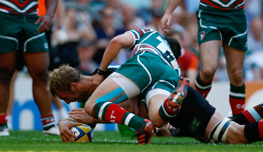 Photo: Richard Lane/Richard Lane Photography. Harlequins v Leicester Tigers. Aviva Premiership Final. 26/05/2012. Quins' Chris Robshaw dives in for a try.