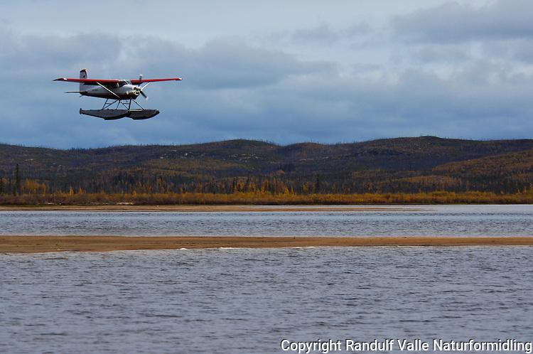Bushfly på flottører kommer inn for landing ---- Bush plane landing