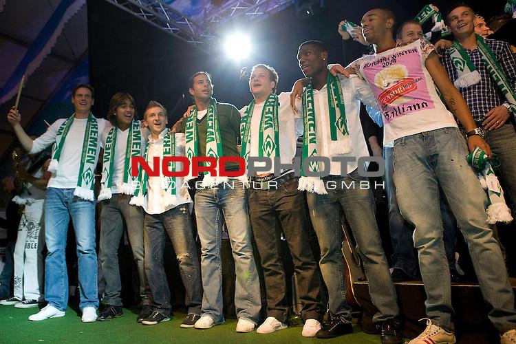 FBL 09/10 Werder Bremen 17.10.2009<br /> <br /> Nach dem Sieg gegen die TSG 1899 Hoffenheim, geht die Mannschaft geschlossen zum 974. Bremer Freimarkt ins Bayern-Zelt und feiert ausgelassen.<br /> <br /> Die Neuzug&scaron;nge, Tim Borowski (GER Werder Bremen #6), Marcelo Moreno Martins (BOL/BRA Werder Bremen #39), Phillip Bargfrede (GER Werder Bremen #44), Claudio Pizarro (PER Werder Bremen #24), Marko Marin (GER Werder Bremen #10), Josť-Alex Ikeng (GER/CMR Werder Bremen #32). Rechts Naldo (BRA Werder Bremen #4).<br /> <br /> Foto &copy; nph ( nordphoto ) *** Local Caption *** *** Local Caption *** <br /> Fotos sind ohne vorherigen schriftliche Zustimmung ausschliesslich fŁr redaktionelle Publikationszwecke zu verwenden.<br /> <br /> Auf Anfrage in hoeherer Qualitaet/Aufloesung