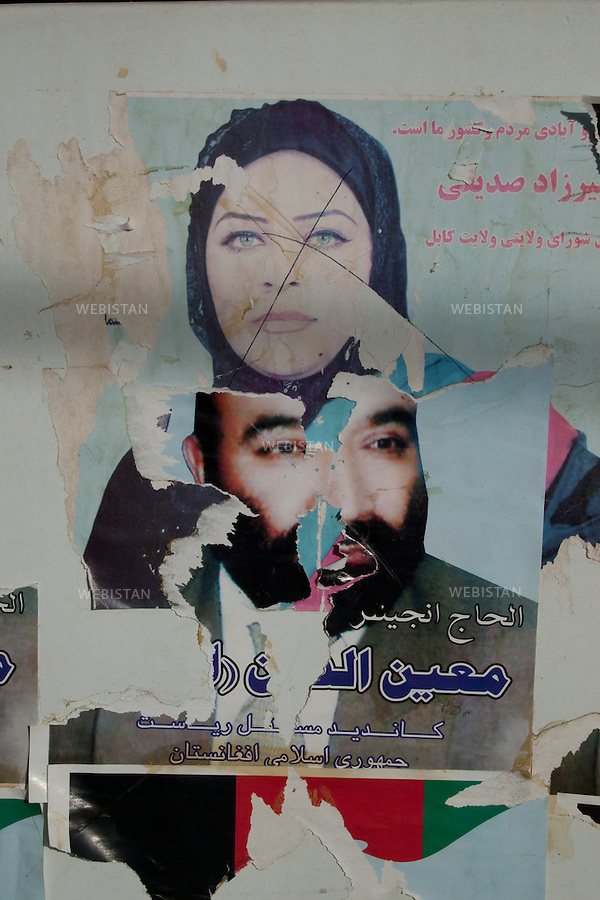 AFGHANISTAN - KABOUL - 4 aout 2009 : affiches dechirees de campagnes electorales : pour les elections regionales a l'arriere plan, pour les elections presidentielles au premier plan...AFGHANISTAN - KABUL - August 4th, 2009 : Torn campaign posters: in the background is one from Afghanistan's regional elections and in the foreground, one.from the presidential elections.