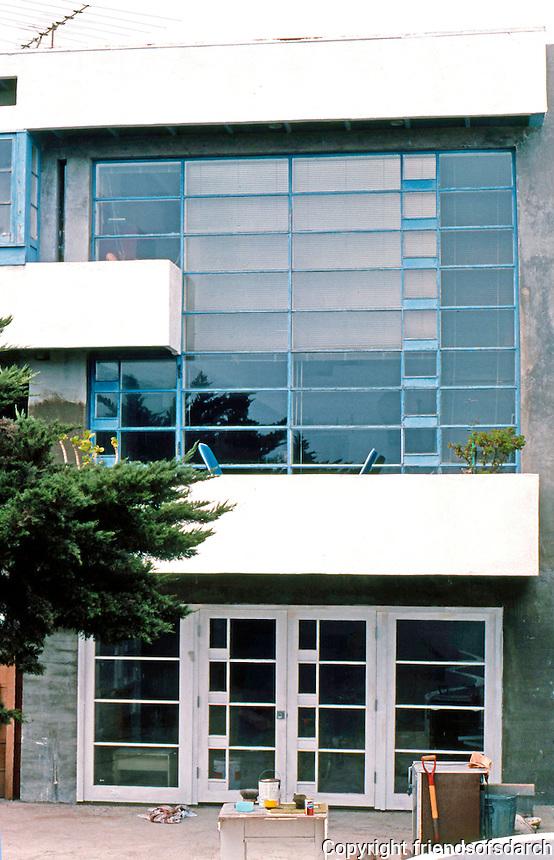 Rudolph Schindler: Lovell Beach House, Balboa. Side of house.