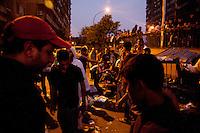 EGITTO, IL CAIRO 9/10 settembre 2011: assalto all'ambasciata israeliana. Migliaia di manifestanti egiziani, ancora infuriati per l'uccisione di cinque guardie di frontiera egiziane da parte dell'esercito israeliano, hanno fatto irruzione nella sede diplomatica israeliana e sono stati poi sgomberati da esercito e polizia egiziana. Nell'immagine: un gruppo di manifestanti la sera della protesta.<br /> Egypt attack to the Israeli embassy  Attaque &agrave; l'ambassade israelienne Caire