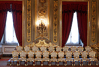 Le sedie vuote dei ministri, prima dell'inizio della cerimonia del giuramento del nuovo governo, al Quirinale, Roma, 28 aprile 2013..Ministers' empty chairs are seen prior to the start of the Italian new government's swearing in ceremony at the Quirinale presidential palace in Rome, 28 April 2013..UPDATE IMAGES PRESS/Riccardo De Luca