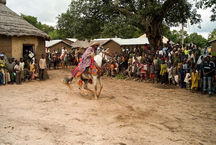 The horsemen perform for the villagers.<br />  <br /> Les cavaliers ex&eacute;cutent leurs talents pour les villageois.
