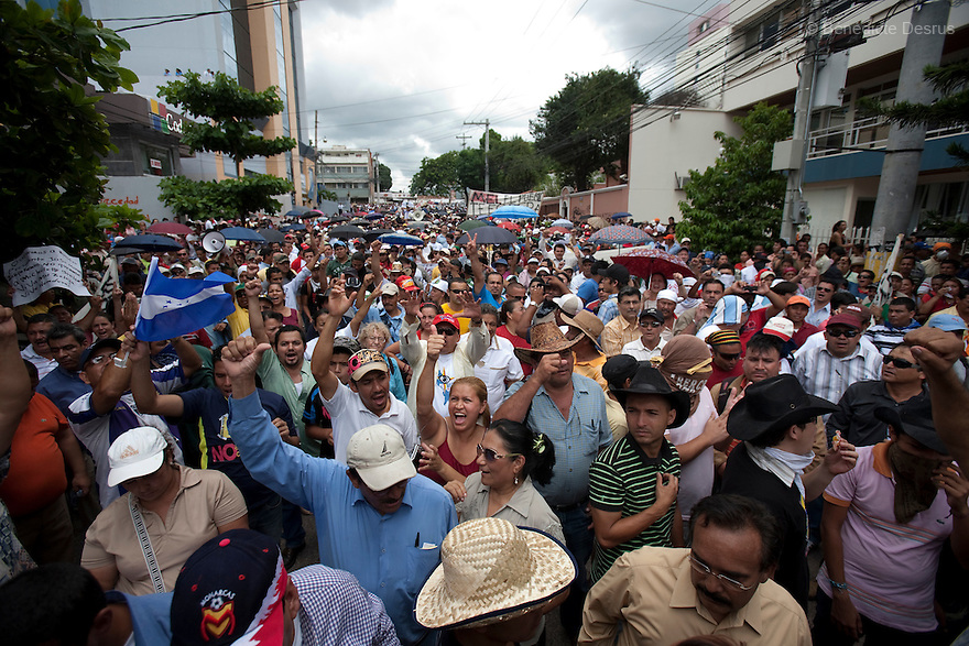 1 july 2009 - Tegucigalpa, Honduras - Supporters of ousted President Manuel Zelaya sing the national anthem during a march in front of the United Nations in Tegucigalpa, capital of Honduras. Zelaya has been forced into exile after being arrested by a group of soldiers in an apparent military coup.Photo credit: Benedicte Desrus