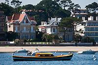 Europe/France/Aquitaine/33/Gironde/Bassin d'Arcachon/Arcachon: La Plage et les villas et une pinasse bateau traditionnel du bassin