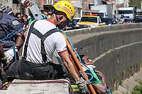 SAO PAULO, SP, 22.08.2014 - HOMEM / RESGATE / RIO TAMANDUATEI - Um homem acusado de roubar uma farmácia foi perseguido por populares na fuga se jogou no Rio Tamanduatei no bairro do Ipiranga na regiao sul de Sao Paulo, nesta sexta-feira, 22. Sofreu escoriacoes, socorrido pelo Corpo de Bombeiros e encaminhado ao Pronto Socorro do Ipiranga. (Foto: William Volcov / Brazil Photo Press).