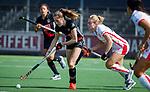 AMSTELVEEN -  Felice Albers (A'dam) met Freeke Moes (OR)  tijdens de hoofdklasse competitiewedstrijd hockey dames,  Amsterdam-Oranje Rood (5-2).  COPYRIGHT KOEN SUYK