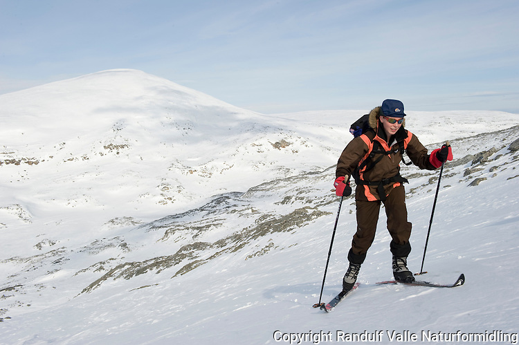 Jente går på ski opp bakke ---- Girl skiing uphill