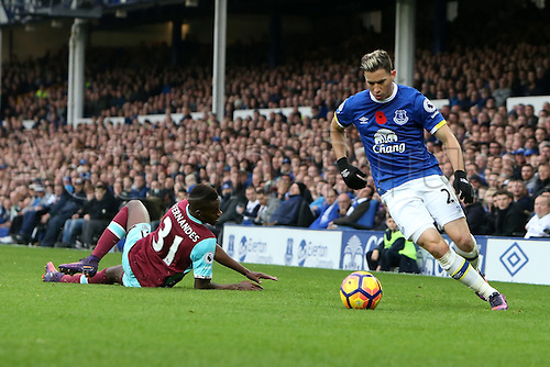 30.10.2016. Goodison Park, Liverpool, England. Premier League Football. Everton versus West Ham United. Brian Oviedo of Everton takes on and beats Edmilson Fernandes of West Ham United near the corner flag