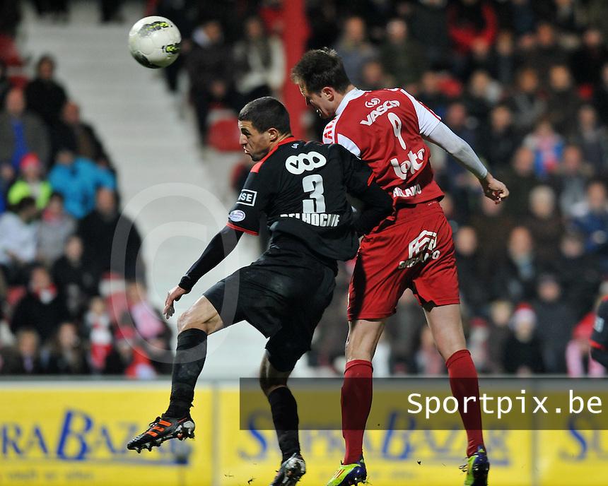 KV Kortrijk - Standard de Liege - Luik : luchtduel tussen Karim Belhocine (links) en Dalibor Veselinovic.foto VDB / BART VANDENBROUCKE