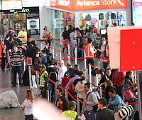 BOGOTA,COLOMBIA,SEPTIEMBRE 13.Pasajeros que viajan por Avianca hacen fila en el Puente Aereo, durante el segundo dia de huelga de los pilotos  de esta compañia. Passengers traveling by Avianca make row in the Puente Aereo, during the second dia to strike of the pilots of this compañia.. Photo: VizzorImage / Felipe Caicedo / Staff /