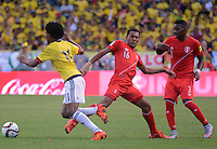 BARRANQUILLA - COLOMBIA -08-10-2015: Juan G Cuadrado (Izq) jugador de Colombia disputa el balón con Carlos Lobaton (C Der) y Jair Cespedes (Der) jugadores de Perú durante partido válido por la clasificación a la Copa Mundo FIFA 2018 Rusia jugado en el estadio Metropolitano Roberto Melendez en Barranquilla./  Juan G Cuadrado (L) of Colombia fights the ball with Carlos Lobaton (C R) and Jair Cespedes (R) players of Peru during match valid for the 2018 FIFA World Cup Russia Qualifier played at Metropolitan stadium Roberto Melendez in Barranquilla. Photo: VizzorImage / Alfonso Cervantes / Str