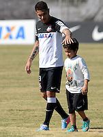 SÃO PAULO,SP, 13 julho 2013 -  Paolo Guerrero e seu filho Diego  durante treino do Corinthians no CT Joaquim Grava na zona leste de Sao Paulo, onde o time se prepara  para para enfrenta o Atletico MG pelo campeonato brasileiro . FOTO ALAN MORICI - BRAZIL FOTO PRESS