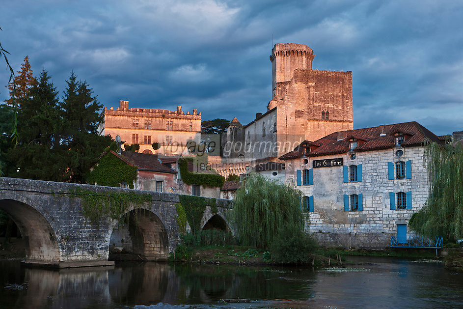 Europe/France/Aquitaine/24/Dordogne/Bourdeilles: les bords de la Dronne, le pont m&eacute;di&eacute;val, le village et  le  Ch&acirc;teau<br />  Le Ch&acirc;teau  de Bourdeilles qui r&eacute;unit en r&eacute;alit&eacute; deux ch&acirc;teaux:  le ch&acirc;teau de Bourdeilles, m&eacute;di&eacute;val XIIIe si&egrave;cle, et le  le Ch&acirc;teau dit Pavillon Renaissance, XVe si&egrave;cle,