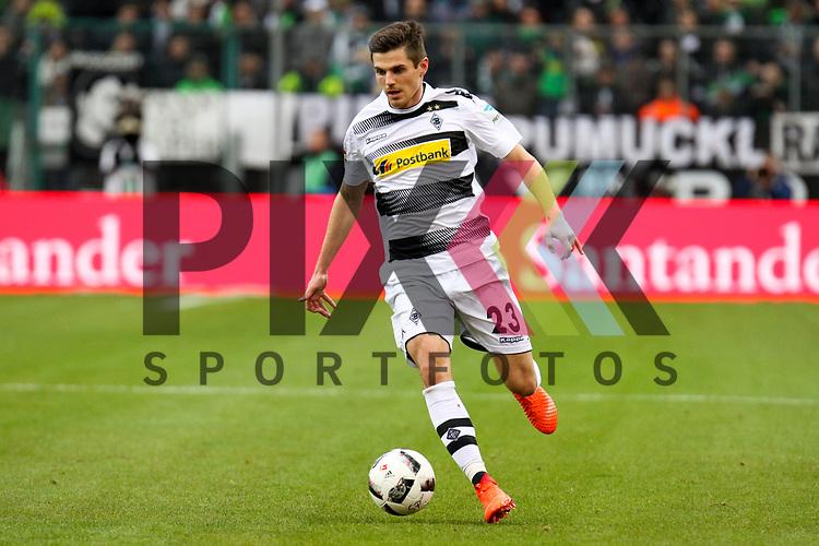Gladbachs Jonas Hofmann (Nr.23) mit Ball beim Spiel, Borussia Moenchengladbach &ndash; Bayern Muenchen.<br /> <br /> Foto &copy; PIX-Sportfotos *** Foto ist honorarpflichtig! *** Auf Anfrage in hoeherer Qualitaet/Aufloesung. Belegexemplar erbeten. Veroeffentlichung ausschliesslich fuer journalistisch-publizistische Zwecke. For editorial use only.