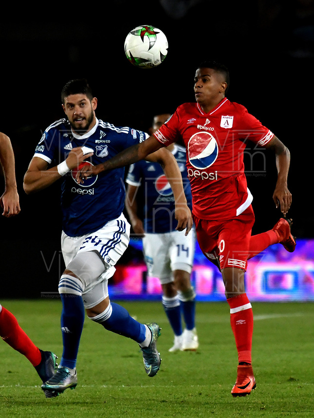 BOGOTÁ - COLOMBIA, 18-01-2019: Matías de los Santos (Izq.) jugador de Millonarios disputa el balón con Yesus Cabrera (Der.) jugador de América de Cali, durante partido Millonarios y América de Cali, por el Torneo Fox Sports 2019, jugado en el estadio Nemesio Camacho El Campin de la ciudad de Bogotá. / Matías de los Santos (L) player of Millonarios vies for the ball with Yesus Cabrera (R) player of America de Cali, during a match between Millonarios and America de Cali, for the Fox Sports Tournament 2019, played at the Nemesio Camacho El Campin stadium in the city of Bogota. Photo: VizzorImage / Luis Ramírez / Staff.
