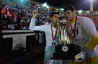 ATENÇÃO EDITOR: FOTO EMBARGADA PARA VEÍCULOS INTERNACIONAIS - SÃO PAULO, SP, 26 DE SETEMBRO DE 2012 - FINAL DA RECOPA SULAMERICANA - SANTOS x UNIVERSIDAD DE CHILE: Jogadores do Santos comemoram a conquista da Recopa Sulamericana  após vitória na partida Santos x Universidad de Chile realizada no Estádio do Pacaembú em São Paulo. FOTO: LEVI BIANCO - BRAZIL PHOTO PRESS