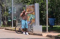 SAO PAULO, 22 DE FEVEREIRO DE 2013. - CLIMA CALOR SP - Paulistano aproveita dia de sol e calor no Parque do Ibirapuera, regiao sul da capital, na manha desta sexta feira, 22. (FOTO: ALEXANDRE MOREIRA / BRAZIL PHOTO PRESS)