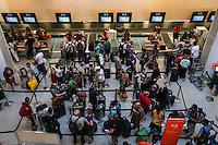 RIO DE JANEIRO, RJ, 14.07.2014 - MOVIMENTACAO AEROPORTO SANTOS DOUMONT - Movimentacao intensa de passageiros no Aeroporto Santos Doumont no Rio de Janeiro nesta segunda-feira, 14. (Foto: Vanessa Carvalho / Brazil Photo Press).