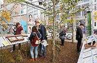 Nederland Eindhoven  2015. Dutch Design Week. 9 dagen lang presenteert DDW op 100 locaties processen, experimenten en ideeën, antwoorden en oplossingen van 2400 designers.  Bezoekers in De Kas. Agri meets Design. In De Kas op het Ketelhuisplein worden bijzondere ontwerpprojecten getoond, op het snijvlak van landbouw, natuur en design.