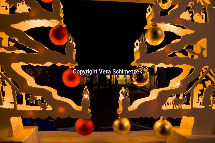 Europe, DEU, Germany, North Rhine-Westphalia, at the Chrismas Market in the open-air museum of Hagen....Europa, DEU, Deutschland, Nordrhein-Westfalen, Weihnachtsmarkt im Freilichtmuseum Hagen......[Copyright / Contact: Vera Schimetzek, Bornstrasse 5, 58300 Wetter, Germany, cell: 0049.(0)151.21220918, schimetzek@web.de, www.schimetzek-foto.de, publication is subject to a fee and report, the General Terms and Conditions apply. Die Veroeffentlichung ist melde- und honorarpflichtig, die AGB sind bindend.]