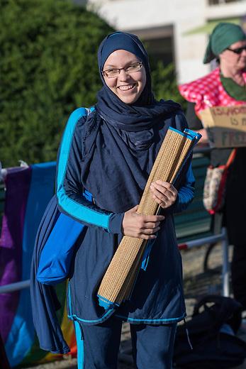 Protest gegen das Burkini-Verbot in Frankreich.<br /> Muslimische und nicht-muslimische Frauen protestierten am Donnerstag den 25. August 2016 in Berlin mit einer &quot;Beach-Party gegen Rassismus&quot; vor der Franzoesischen Botschaft gegen das Verbot der muslimischen Badebekleidung &quot;Burkini&quot;.<br /> In Frankreich war wenige Tage zuvor eine muslimische Frau am Strand von Polizeibeamten unter dem Applaus von umstehenden Badegaesten gezwungen worden ihre Strandbekleidung auszuziehen.<br /> Im Bild: Larissa aus aus Berlin hat sich fuer diesen Protest einen Original Burkini angezogen.<br /> 25.8.2016, Berlin<br /> Copyright: Christian-Ditsch.de<br /> [Inhaltsveraendernde Manipulation des Fotos nur nach ausdruecklicher Genehmigung des Fotografen. Vereinbarungen ueber Abtretung von Persoenlichkeitsrechten/Model Release der abgebildeten Person/Personen liegen nicht vor. NO MODEL RELEASE! Nur fuer Redaktionelle Zwecke. Don't publish without copyright Christian-Ditsch.de, Veroeffentlichung nur mit Fotografennennung, sowie gegen Honorar, MwSt. und Beleg. Konto: I N G - D i B a, IBAN DE58500105175400192269, BIC INGDDEFFXXX, Kontakt: post@christian-ditsch.de<br /> Bei der Bearbeitung der Dateiinformationen darf die Urheberkennzeichnung in den EXIF- und  IPTC-Daten nicht entfernt werden, diese sind in digitalen Medien nach &sect;95c UrhG rechtlich geschuetzt. Der Urhebervermerk wird gemaess &sect;13 UrhG verlangt.]