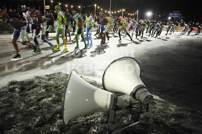 NOORDLAREN - Schaatsen, marathon natuurijs Noordlaren   elite heren, 15-01-2013, het peleton strekt de rug