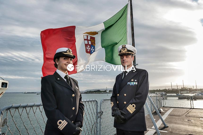 Serena Petrucciuolo, Tenente di Vascello Medico della Marina Militare con il comandante di nave Etna Capitano di Vascello Fabio Farina.