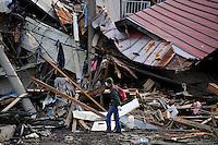 FRA36 KAMAISHI (JAPÓN) 14/03/2011.- Un hombre camina junto a una pila de escombros en la localidad de Kamaishi, prefectura de Iwate (Japón) hoy, lunes 14 de marzo de 2011. Las autoridades japonesas aumentaron hoy a 1.353 los muertos y a 1.085 el número oficial de desaparecidos por el terremoto de 9 grados en la escala Richter y posterior tsunami del viernes, aunque se teme que las víctimas superen con creces las 10.000.EFE/FRANCK ROBICHON..