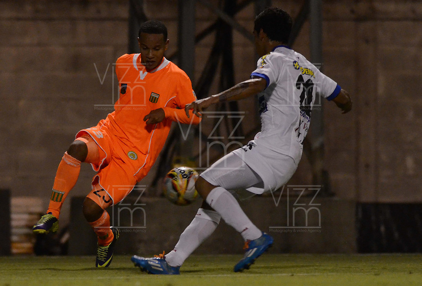 ENVIGADO -COLOMBIA-10-03-2015. Juan Camilo Zapata (Izq) de Envigado FC disputa el balón con Juan Arizala (Der) de Deportivo Pasto durante partido por la fecha 9 de la Liga Águila I 2015 realizado en el Polideportivo Sur de la ciudad de Envigado./ Juan Camilo Zapata (L) of Envigado FC fights for the ball with Juan Arizala (R) of Deportivo Pasto during match for the 9th date of the Aguila League I 2015 at Polideportivo Sur in Envigado city.  Photo: VizzorImage/León Monsalve/STR