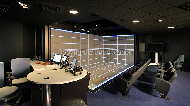 Salle de realite virtuelle avec tableau de bord informatique et trois puissants videoprojecteurs, 3DS, Dassault Systemes, Velizy Villacoublay, Yvelines, France. Virtual reality room with computerised rear projection walls and 3 video projectors, 3DS, Dassault Systemes, Velizy Villacoublay, Yvelines, France. Picture by Manuel Cohen