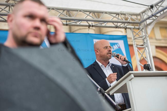 AfD-Kundgebung in Potsdam.<br /> Ca. 70 AfD-Anhaenger kamen am Samstag den 9. September 2017 zu einer Wahlveranstaltung der rechtsnationalistischen &quot;Alternative fuer Deutschland&quot;, AfD. Unter den Teilnehmern waren u.a. Neonazis die &quot;Patrioten Cottbus&quot; oder die sog. &quot;Schwarze Sonne&quot;, ein Zeichen der SS auf ihren Jacken trugen. Offiziell hatte die AfD die Kundgebung als Gruendung einer rechten Gewerkschaft namens &quot;Alternativer Arbeitnehmerverband Mitteldeutschland&quot; (Alarm) in Brandenburg deklariert.<br /> 500 Menschen protestierten friedlich gegen die Veranstaltung.<br /> Im Bild: Andreas Kalbitz, ehemaliger Fallschirmspringer und Landesvorsitzender der AfD-Brandenburg.<br /> 9.9.2017, Potsdam<br /> Copyright: Christian-Ditsch.de<br /> [Inhaltsveraendernde Manipulation des Fotos nur nach ausdruecklicher Genehmigung des Fotografen. Vereinbarungen ueber Abtretung von Persoenlichkeitsrechten/Model Release der abgebildeten Person/Personen liegen nicht vor. NO MODEL RELEASE! Nur fuer Redaktionelle Zwecke. Don't publish without copyright Christian-Ditsch.de, Veroeffentlichung nur mit Fotografennennung, sowie gegen Honorar, MwSt. und Beleg. Konto: I N G - D i B a, IBAN DE58500105175400192269, BIC INGDDEFFXXX, Kontakt: post@christian-ditsch.de<br /> Bei der Bearbeitung der Dateiinformationen darf die Urheberkennzeichnung in den EXIF- und  IPTC-Daten nicht entfernt werden, diese sind in digitalen Medien nach &sect;95c UrhG rechtlich geschuetzt. Der Urhebervermerk wird gemaess &sect;13 UrhG verlangt.]