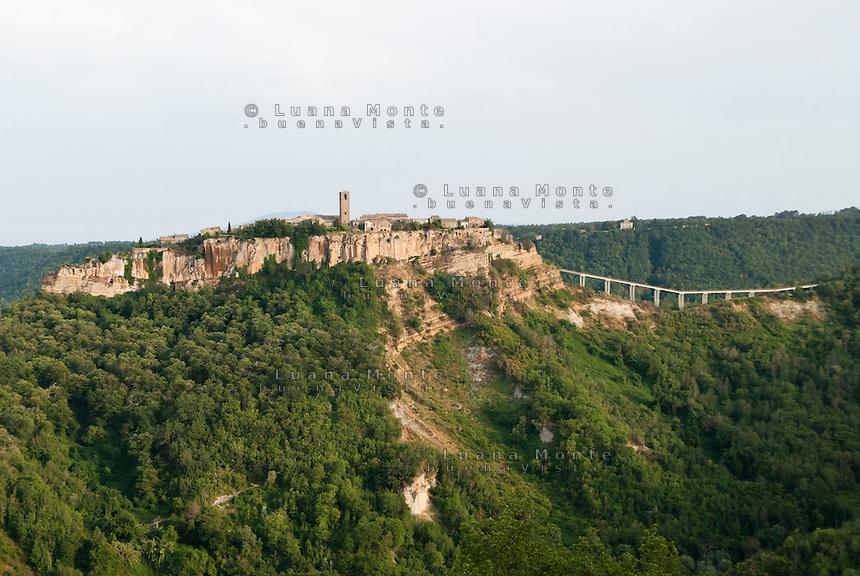 Civita di Bagnoregio. Il borgo e la sella con il ponte di accesso vista da Lubriano, nord. Evidenti i segni delle frane nell'area del Cavon Grande.