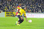 2015-10-30 / Voetbal / seizoen 2015-2016 / SK Lierse - R. Antwerp FC / Johanna Omolo (Antwerp) met de fout op Ayub Masika<br /><br />Foto: Mpics.be