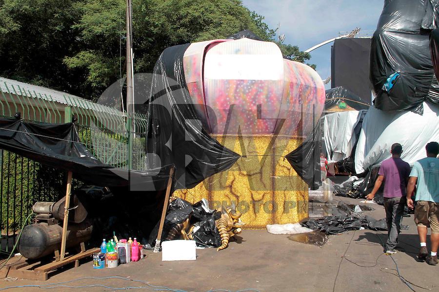 SAO PAULO, SP, 15 DE FEVEREIRO 2012 - PREPARATIVO CARNAVAL - Escolas de Samba organizam os carros alegoricos do carnaval de São Paulo 2012 no Sambodromo do Anhembi na manha dessa quarta-feira, 15 na regiao norte da capital paulsita FOTO: VANESSA CARVALHO - BRAZIL PHOTO PRESS.