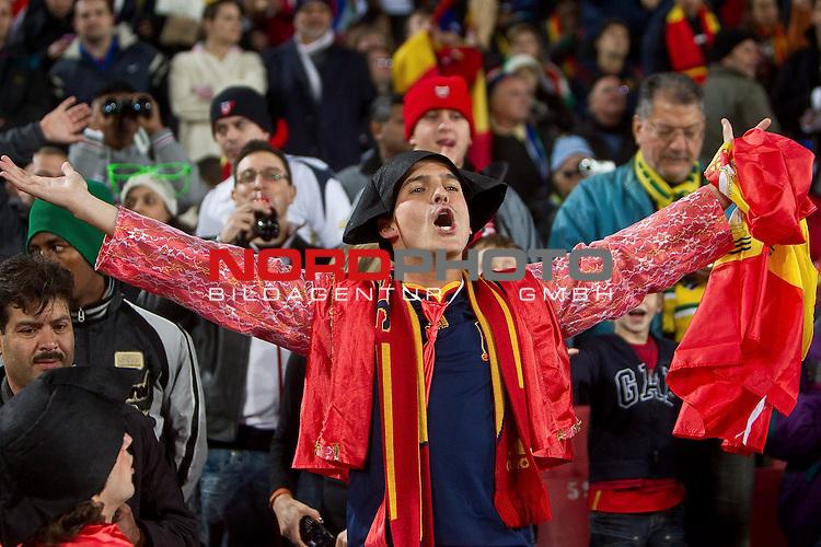 03.07.2010, Ellis Park, Johannesburg, RSA, FIFA WM 2010, Viertelfinale, Paraguay (PAR) vs Spanien (ESP) im Bild <br /> Fans of Spain Torrer Verkleidung,  Foto: nph /   Vid Ponikvar, ATTENTION! Slovenia OUT *** Local Caption *** Fotos sind ohne vorherigen schriftliche Zustimmung ausschliesslich f&uuml;r redaktionelle Publikationszwecke zu verwenden.<br /> <br /> Auf Anfrage in hoeherer Qualitaet/Aufloesung