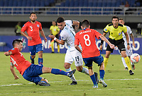 PEREIRA - COLOMBIA, 24-01-2020: Tomas Alarcon de Chile disputa el balón con Lautaro Bustos de Argentina durante partido entre Chile y Argentina por la fecha 3, grupo A, del CONMEBOL Preolímpico Colombia 2020 jugado en el estadio Hernán Ramírez Villegas de Pereira, Colombia. / Tomas Alarcon of Chile fights the ball with Lautaro Bustos of Argentina during the match between Chile and Argentina for the date 3, group A, for the CONMEBOL Pre-Olympic Tournament Colombia 2020 played at Hernan Ramirez Villegas stadium in Pereira, Colombia. Photos: VizzorImage / Mauricio Ortiz / Cont