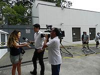 ATENCAO EDITOR: FOTO EMBARGADA PARA VEICULOS INTERNACIONAIS. - SAO PAULO - SP -  27 DE DEZEMBRO 2012. MARCAS DO ACIDENTE de ontem a noite (26) em que o motorista da Land Rover bateu em tres taxi que estavam no ponto da Rua Haddock Lobo esquina co Rua Estados Unidos. Aqui uma moradora dá seu testemunho sobre o que viu a uma emissora de TV. FOTO: MAURICIO CAMARGO / BRAZI