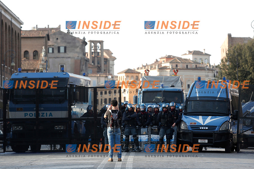 As the demonstration took place the same day of the celebration of the 60° Anniversary of the treaties of Rome, the city was armored, with hundreds of policemen and tanks, and the 'blue zone', where the celebrations took place, was surrounded by high fences.<br /> Poiche' la manifestazione coincideva con l'anniversario dei trattati di Roma, la citta' e' stata blindata da centinaia di agenti di polizia e da blindati. La 'zona blu', dove sono avvenute le celebrazioni e' stata circondata da alte cancellate.<br /> Roma 25-03-2017. Manifestazione Euro stop, No all'Unione Europea delle banche. <br /> Rome March 25th 2017. Demonstration against European Union of the banks, titled Euro stop.<br /> Foto Samantha Zucchi Insidefoto
