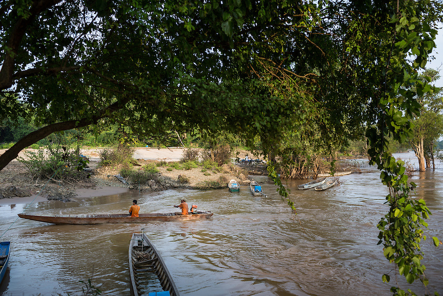 Oct. 10, 2016 - Don Sahong, Laos. Fishermen on the Mekong River. © Nicolas Axelrod / Ruom