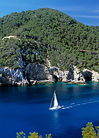 Spanien, Balearen, Ibiza (Eivissa): Segelboot in der Bucht Cala Llonga an der Ostkueste | Spain, Balearic Islands, Ibiza (Eivissa): Sailing boat at Cala Llonga bay